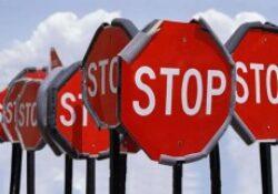 Visszavonásra kerül két domain regisztrátor licensze